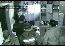Captan a policía sembrando droga en bar de CDMX