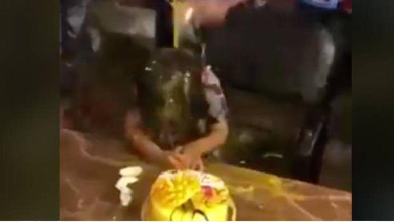 Familiares arruinan cumpleaños de niño con huevazos y pastelazos