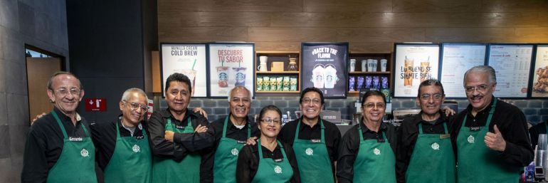 Starbucks abre su primera sucursal atendida por adultos mayores