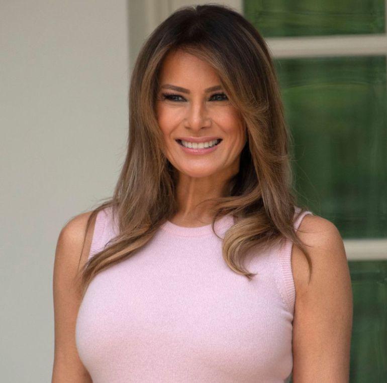 Critican a Melania Trump por vestimenta al plantar un árbol