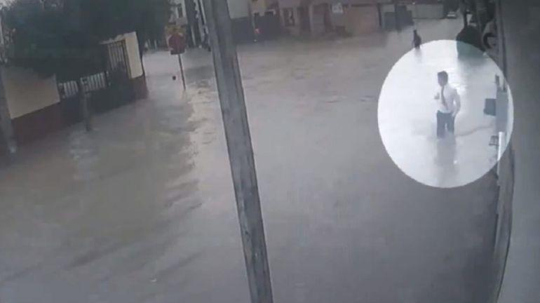 Adolescentes se electrocutan con poste por inundación