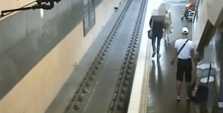 Video: Joven arroja a desconocido a las vías del metro