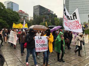 Marchan estudiantes por Paseo de la Reforma