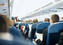 Video: Pasajero intenta abrir puerta de avión por el calor