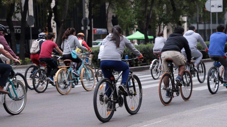 Entregan placas reflejantes a ciclistas por el Día Mundial Sin Auto