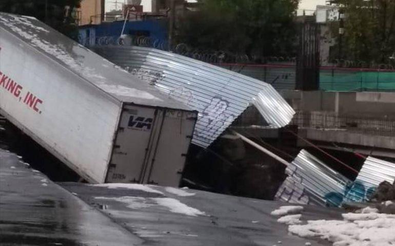 socavón, avenida Oceanía: Tráiler cae a socavón en avenida Oceanía