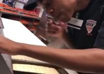 Video: Descubren a cocinero escupiendo en pizzas