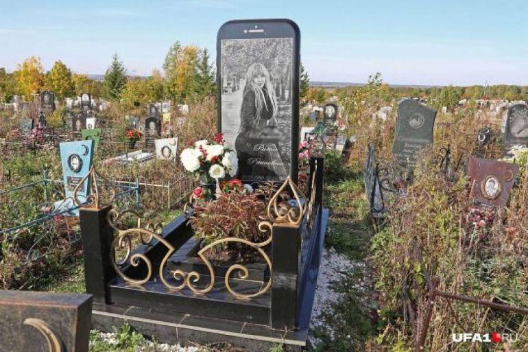 Realizan lápida en forma de iPhone