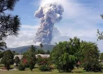 Terremoto, tsunami y ahora erupción del volcán Soputan en Indonesia