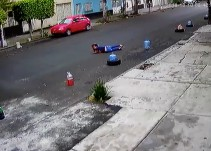 Mujer es arrastrada por un taxi