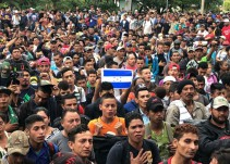 Migrantes hondureños derriban puerta en frontera con Guatemala