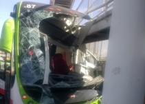 Se impacta Mexibus contra puente peatonal