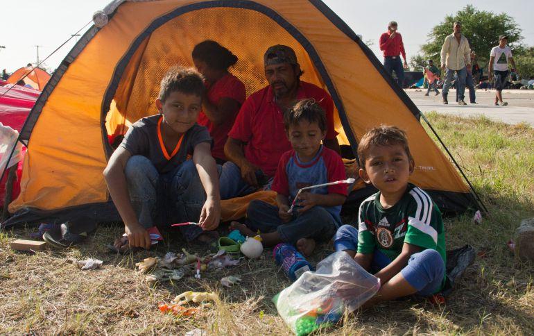 Viajan en la caravana migrante dos mil 300 niños