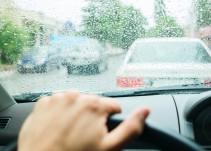 Bajo la lluvia maneja seguro