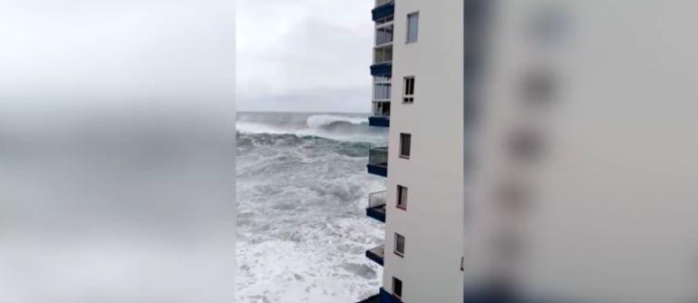 Impresionante ola impacta construcción en España
