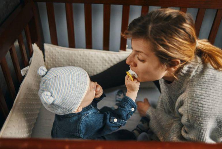 ¿Qué tan bueno es limpiar el chupón de los hijos con la boca?