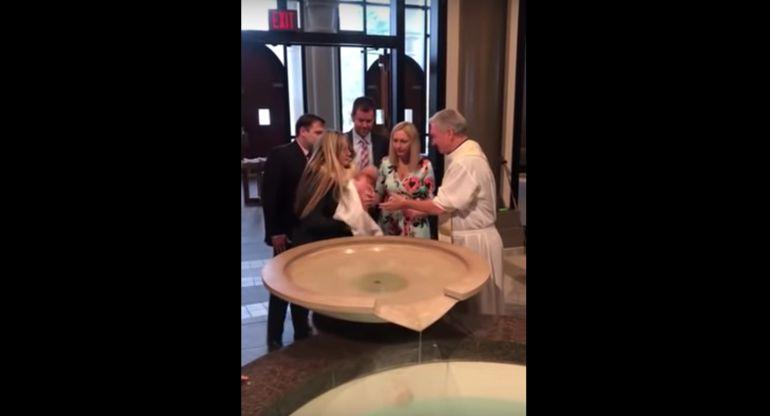 VIDEO: Bebé se le va de las manos a sacerdote