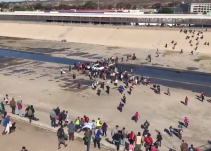 [VIDEO] Oficiales estadounidenses repelen caravana migrante con gas lacrimógeno