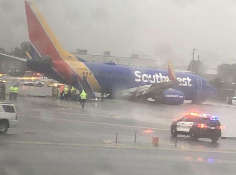 Avión se despista en aeropuerto de California