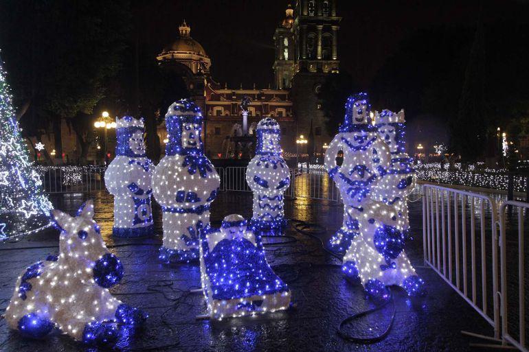 En tiempo y forma; instalación de alumbrado navideño en Puebla