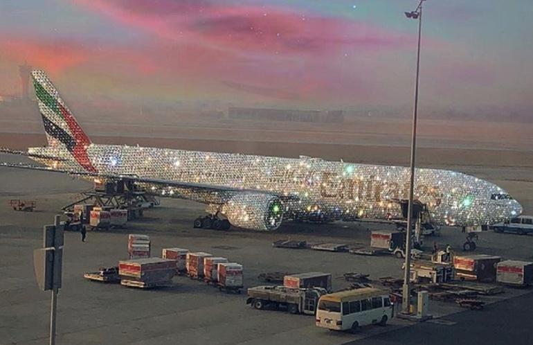 Avión cubierto de diamantes causa revuelo en Instagram