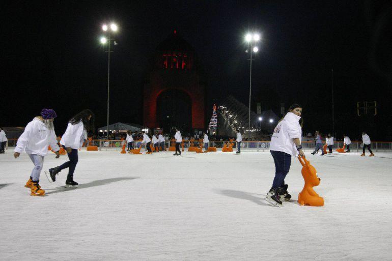 Lánzate a la pista de hielo en el Monumento a la Revolución