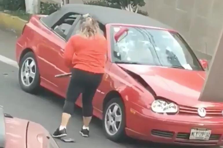 """""""Ya siéntese señora""""; perdió la cabeza y destrozó un auto"""