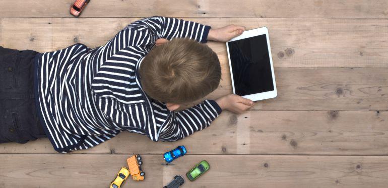 El cerebro de niños se modifica por tiempo excesivo ante pantallas: estudio