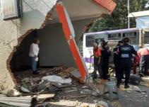 Camioneta a exceso de velocidad choca contra estación Potrero del Metro