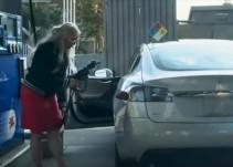 [Video] Mujer se desespera tras intentar poner gasolina a su auto eléctrico