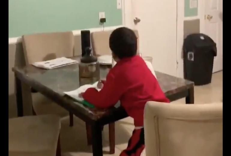 Cacha a su hijo usando Alexa para copiar la tarea