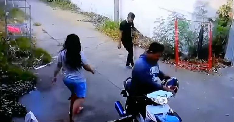 [Video] De ensueño; hombre llega ebrio y su mujer lo carga hasta la cama