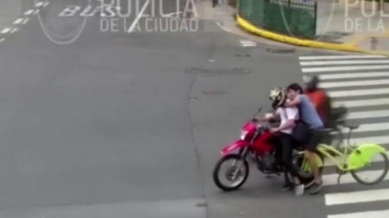 [VIDEO] Ciclista héroe persigue y detiene a motociclista ladrón