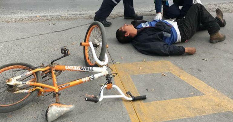 Cae de su bicicleta y no podrás creer quién fue el primero en ayudarlo