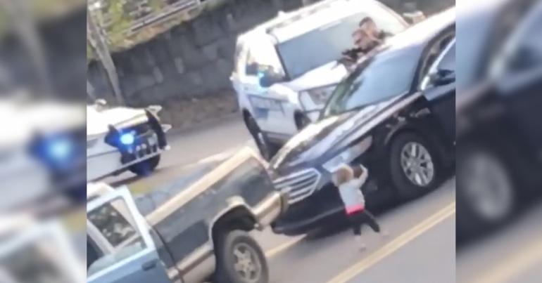 """[VIDEO] Pequeña de 2 años se """"entrega"""" a policías con las manos en alto"""