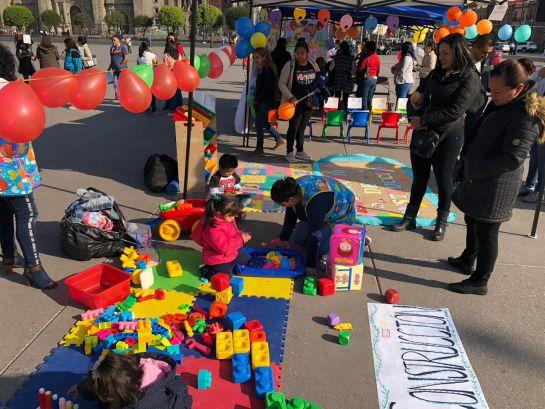 Empleadas de estancias infantiles protestan en el Zócalo contra recorte