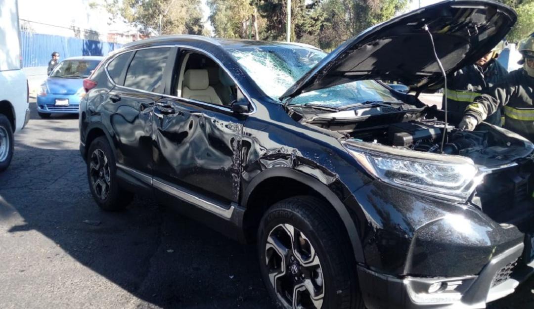 Vuelca camioneta que iba a exceso de velocidad en Azcapotzalco