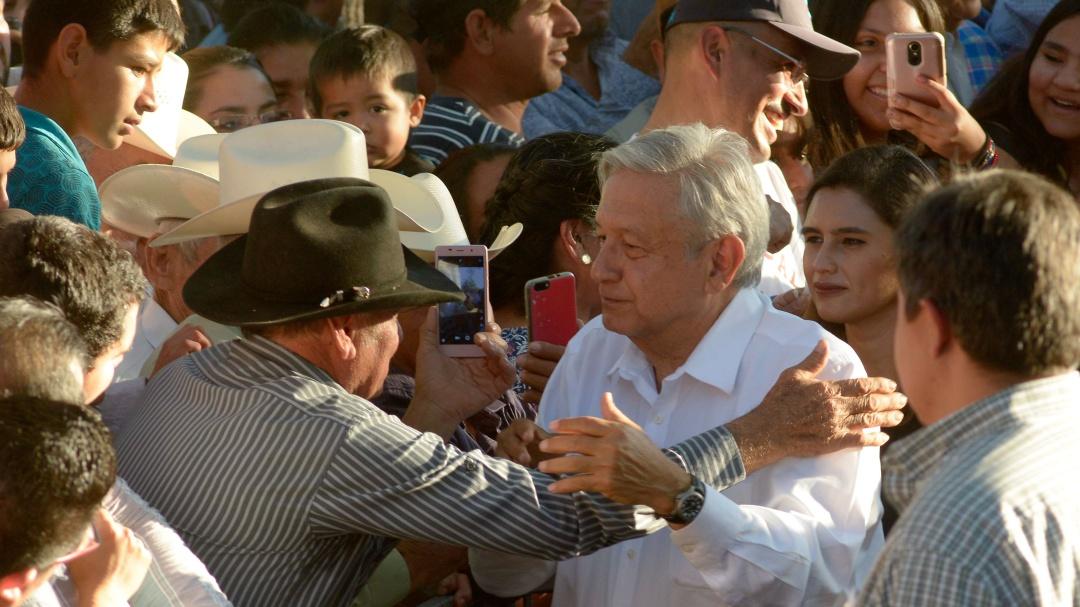En tierra del Chapo, AMLO pide no hacer leña del árbol caído