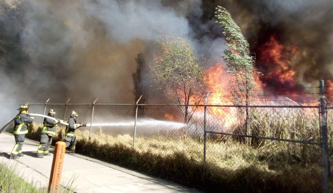 Cierran vialidades por incendio en pastizales de Xochimilco