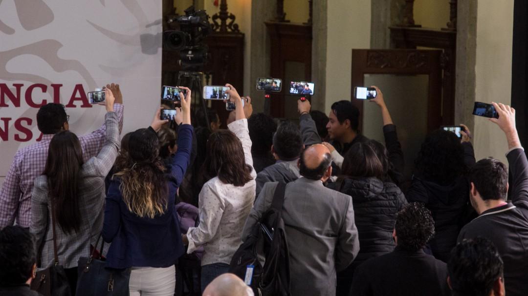 Cuentas en redes atacan a periodistas que cuestionan a AMLO
