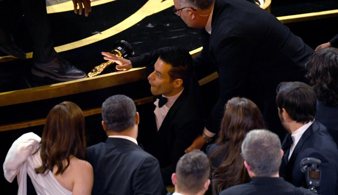 Se le movió el piso; Rami Malek sufre caída en los Premios Oscar