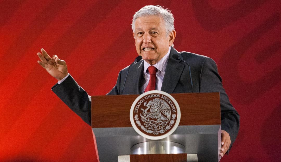 Conferencia de prensa AMLO en vivo este 6 de marzo a las 7:00 am en el Salón de la Tesorería en Palacio Nacional. Se muestra a Andrés Manuel López Obrador en el atrio hablando de los temas más relevantes del día