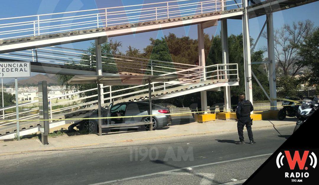 Con auto robado, hombre se impacta contra puente peatonal