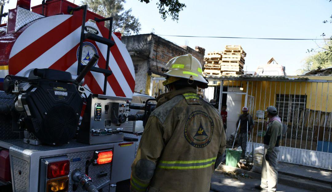 Se incendia casa frente a base de bomberos