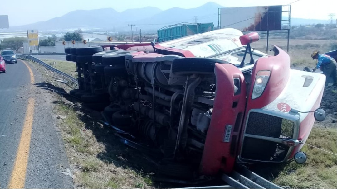 Vuelca camión de carga en Tlajomulco