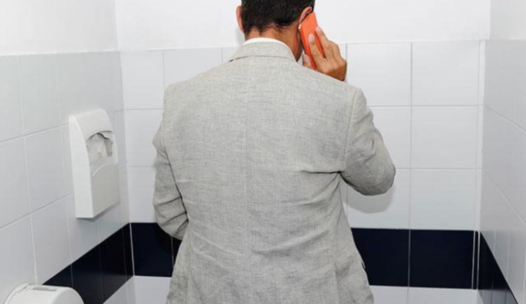 ¿No sueltas el celular ni para ir al baño? límpialo y evita enfermedades