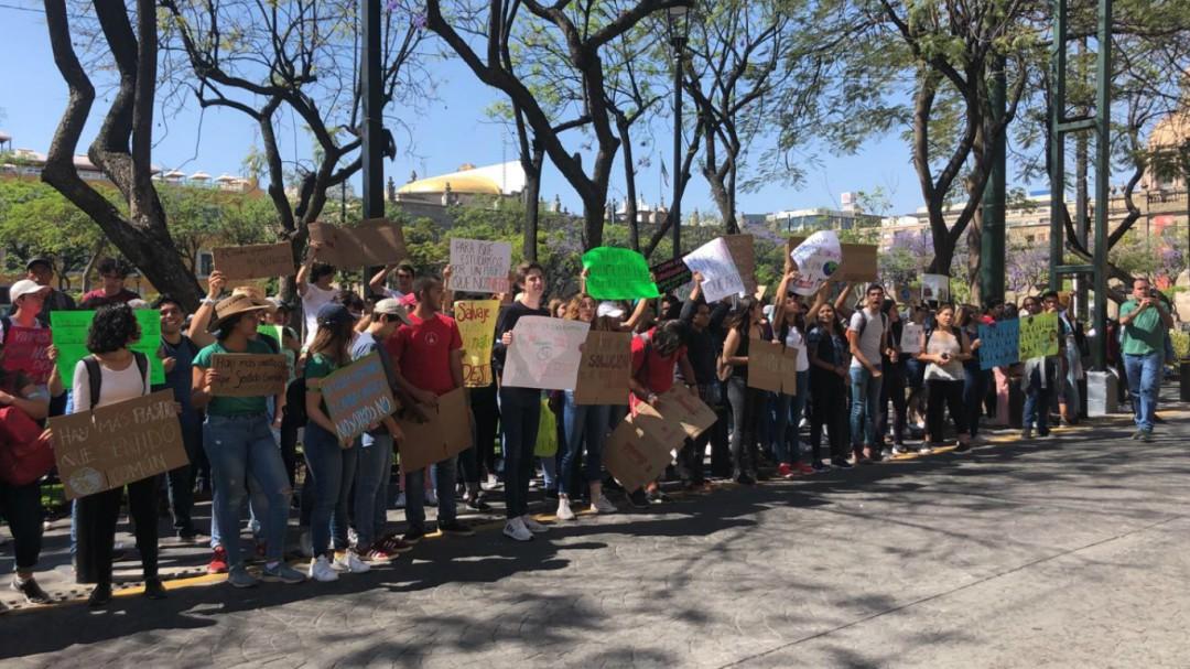 Jóvenes protestan a las afueras del Congreso