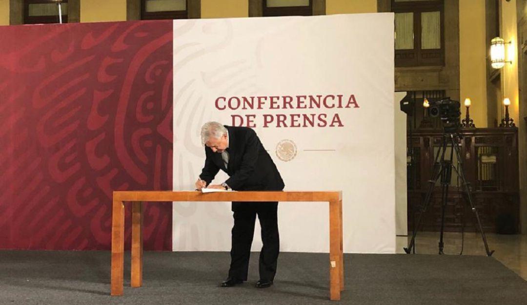 AMLO firma carta compromiso de no reelección