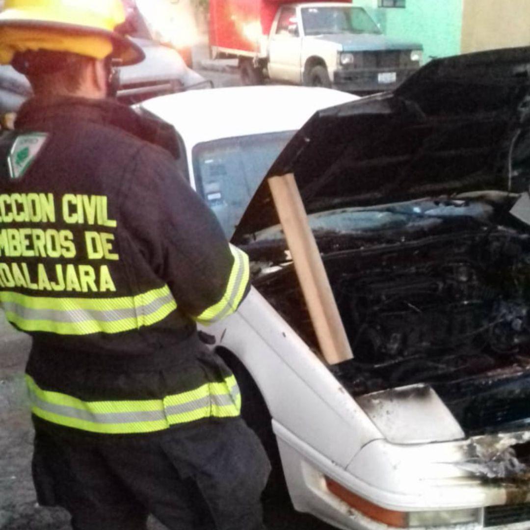 Se incendia auto en Guadalajara