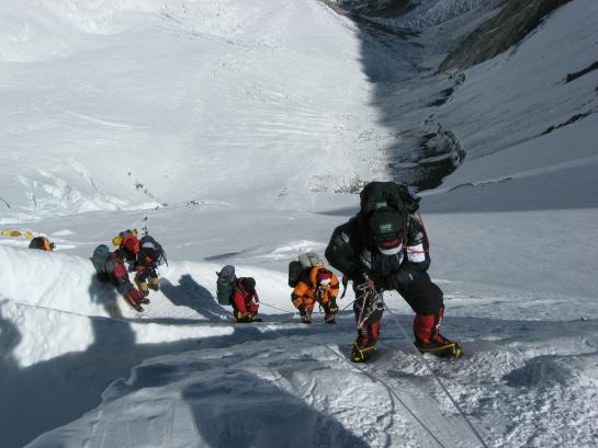 Cadáveres atrapados en el Everest salen a la superficie por derretimiento